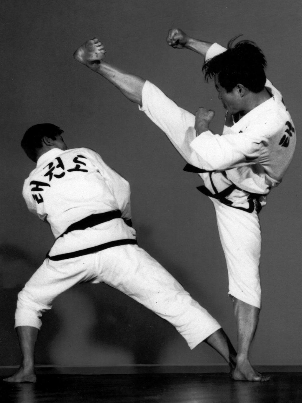 Großmeister Kwon, Jae-Hwa und Großmeister Lee während einer Kick-Übung