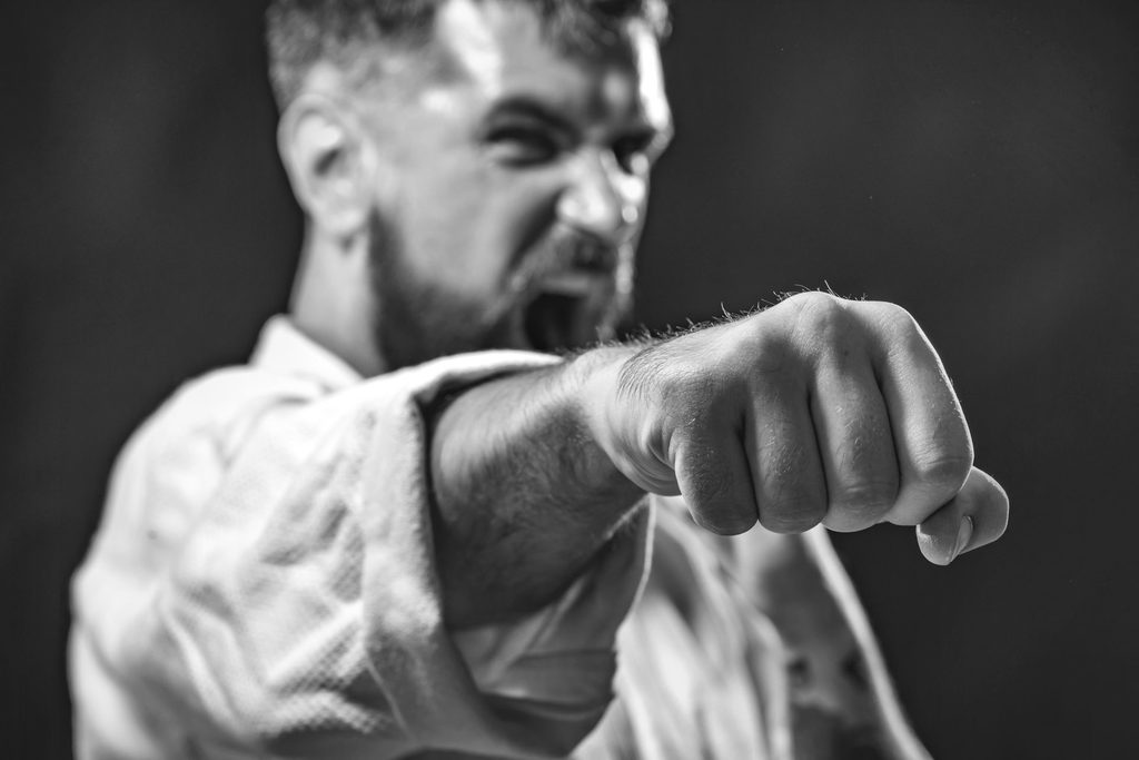 Karate-Kämpfer mit Fauststoß Richtung Kamera