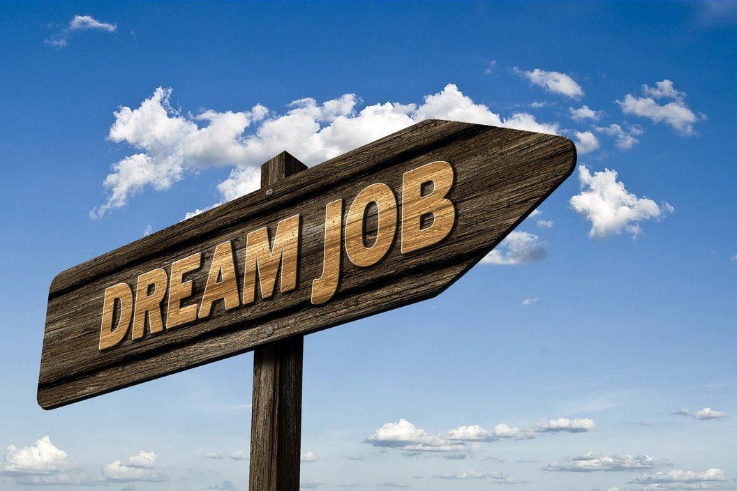 Schild in Richtung Traumjob