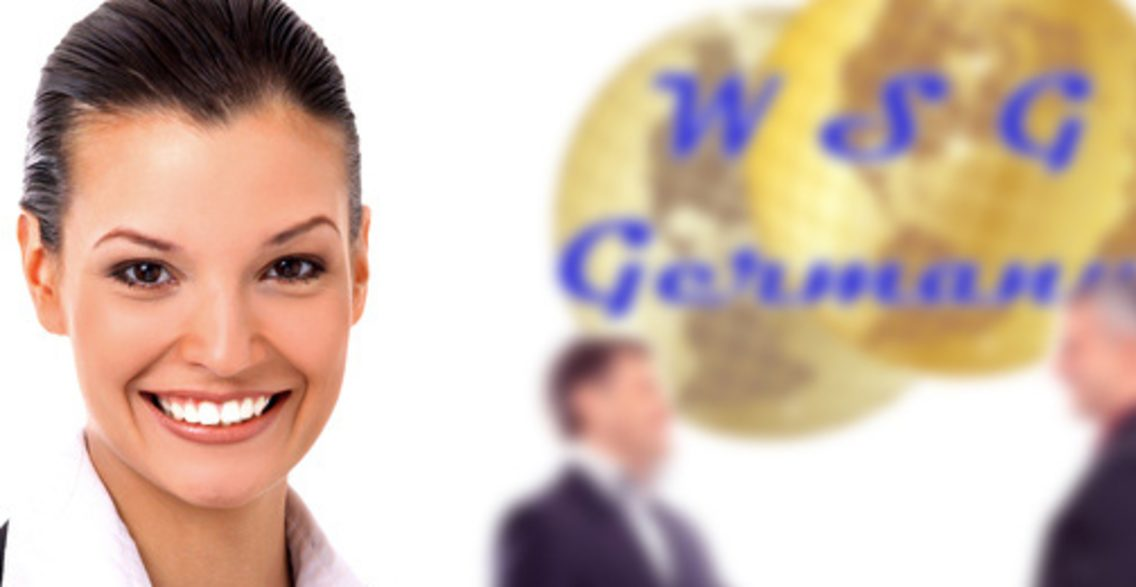 junge lächelnde Geschäftsfrau im Vordergrund und zwei Geschäftsmänner im Hintergrund, die sich vor einem WSG-Germany Logo begrüßen