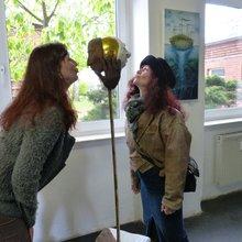 Spaß muss sein: Christine Moritz und die Kike an ihrem Gemeinschaftsexponat