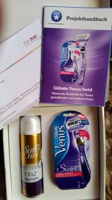 Das Testpaket enthält das Anschreiben, 1 x Gillette Venus Swirl Rasierer, 1 x Gillette Satin Care Rasiergel & 1 x Projekthandbuch