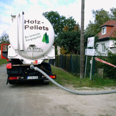 Tankfahrzeug beim Einblasen der Pellet (ähnlich wie bei Ölbetankung) Pellet werden mit Tankwagen angeliefert und dann über eine Druckleitung in den Lagerraum geblasen.