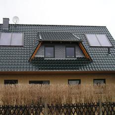 Bau einer Solaranlage zur Brauchwasser- und Heizungsunterstützung. Die Solarkollektoren bilden gleichzeitig die Eindeckung des Gaubendaches.