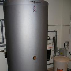 Wärmepumpe in Kombination mit einem Pufferspeicher und Fußbodenheizung. Beheizte Wohnfläche ca 340 m²