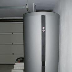 Solaranlage als Dachrinnenmontage. Zur Brauchwasser- und Heizungsunterstützung in Kombination mit einer Brennwerttherme.