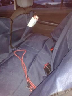 TrainMyHound Auto-Schondecke, dunkelblau für die Rücksitzbank mit verschliessbaren Schlitzen für die Sicherheitsgurte und einem Reissverschluß zur Mitte nach vorne hin.