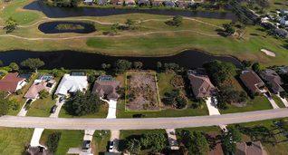 Baulücke eines schönen Baugrundstücks auf der Rotonda Halbinsel in Charlotte County am Rande eines Golfplatzes