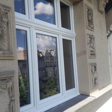 Kunststoff- Fenster mit Zierprofilen.