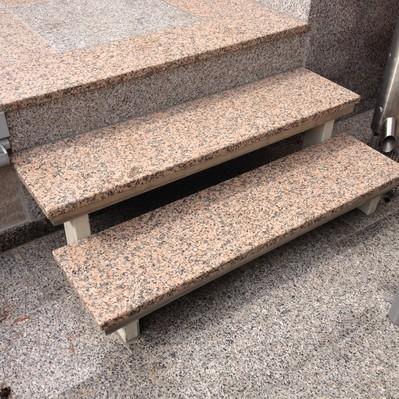 <h2>Kunde / Ort</h2> <br> Privat <br><br>  <h2>Ausführung / Material </h2> <br>  Tritt- und Setzstufen und Terrassenplatten, im Schachbrettmuster,  aus Material: Rosa Porrino und Rosa Beta, hergestellt und verlegt.