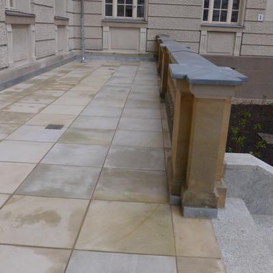 <h2>Kunde / Ort</h2> <br> BMWi / öffentlicher Auftraggeber <br><br>  <h2>Ausführung / Material </h2> <br>  Terrasse im Bundesministerium für Wirtschaft und Energie,  aus Sandstein, wieder neu belegt, nach historischem Vorbild.