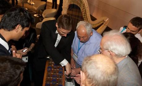 Tagung der Nobelpreisträger Lindau Galaauftritt und Besichtigung des Instrumentes durch die Nobelpreisträger für Physik Peter Grünberg, Roy J. Glauber und James Cronin
