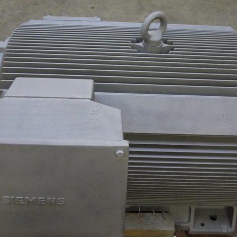 Strahlarbeiten - Motorgehäuse durch Strahlen von der Farbe befreit