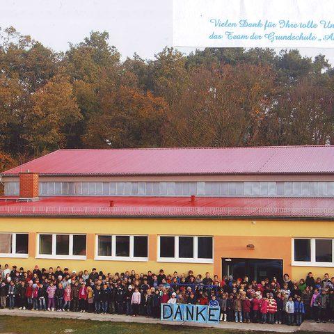 Hennickendorfer Stienitzsee - Schule bedankt sich für die neuen Bänke in den Turnhallenumkleiden
