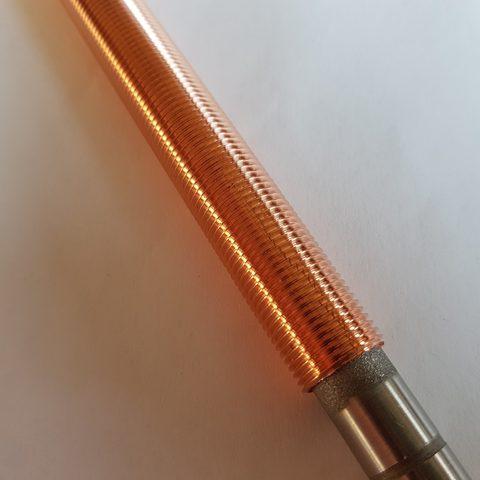 Kaltgasspritzen - Kupferbeschichteter Bolzen mit Gewinde versehen -n Nahansicht