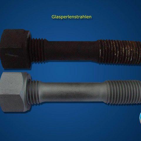 Strahlarbeiten - Um Bauteile vorsichtig von Schmutz, Rost, etc. zu entfernen strahlen wir sie mit Glasperlen. Dabei bleiben selbst Gewinde oder Passungen unbeschädigt