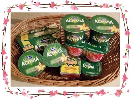 Ein Korb gefüllt mit unterschiedlichen Sorten Activia-Joghurt.