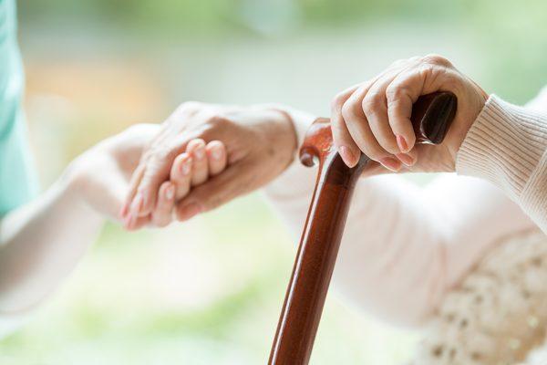 Seniorin bekommt Hilfe vom Pflegedienst