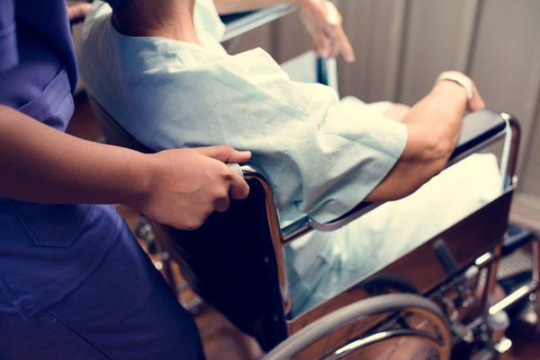 ein kranker Mensch wird vom Pflegedienst betreut