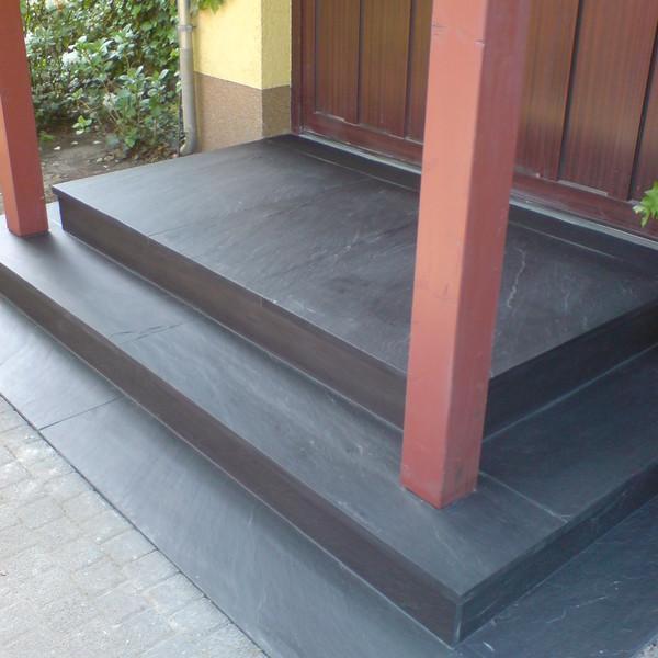 <h2>Kunde / Ort</h2> <br> Privat <br><br>  <h2>Ausführung / Material </h2> <br>  Podest, Tritt- und Setzstufen aus Porto Schiefer, Oberfläche spaltrau.