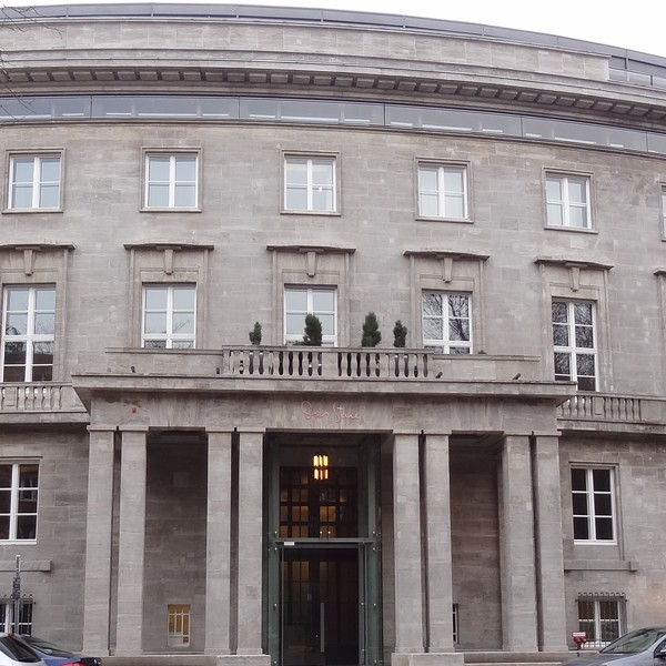 """<h2>Kunde / Ort</h2> <br>   Hotel """"Das Stue""""  <br><br>  <h2>Ausführung / Material </h2> <br>  Restaurierung der historischen Außenfassade und des Innenbereiches des heutigen 5 Sterne Hotels """"Das Stue"""