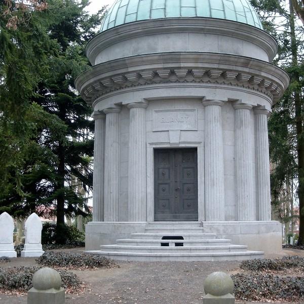 <h2>Kunde / Ort</h2> <br>   Mausoleum Famile Quandt  <br><br>  <h2>Ausführung / Material </h2> <br>  Restaurierung und Sanierung des Mausoleums der Familie Qandt
