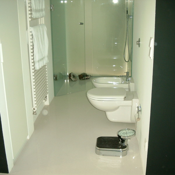 <h2>Kunde / Ort</h2> <br> Privat <br><br>  <h2>Ausführung / Material</h2> <br> Bad mit großformatigen Bodenplatten aus Silestone Blanco Zeus.