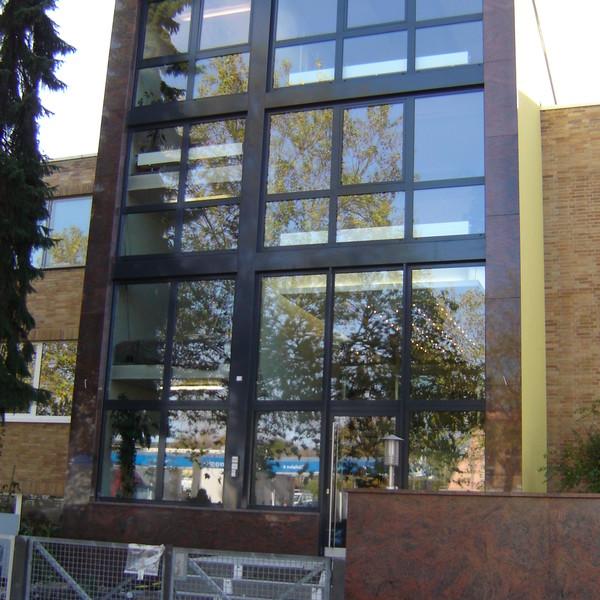 <h2>Kunde / Ort</h2> <br> Berlin <br><br>  <h2>Ausführung / Material </h2> Fassadenplatten aus Multicolor rot, Oberfläche poliert.