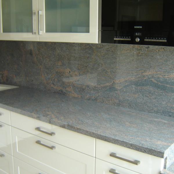 <h2>Kunde / Ort</h2> <br> Privat <br><br>  <h2>Ausführung / Material</h2> <br> Küchenarbeitsplatte aus Paradiso Bush, auf Gehrung geklebt, Oberfläche poliert.