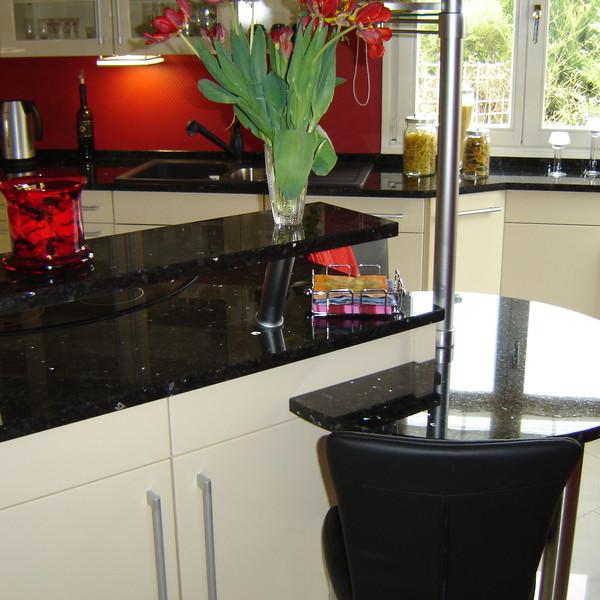 <h2>Kunde / Ort</h2> <br> Privat <br><br>  <h2>Ausführung / Material</h2> <br> Küchenarbeitsplatten, mit integrierter Tisch-/Tresenplatte, aus Emeral Pearl, Oberfläche poliert.