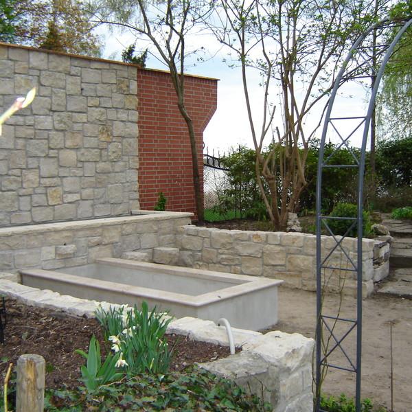 <h2>Kunde / Ort</h2> <br> Privat / Berlin <br><br>  <h2>Ausführung / Material</h2> <br> Brunnenanlage mit Jura Marmor gelb Bossensteine.