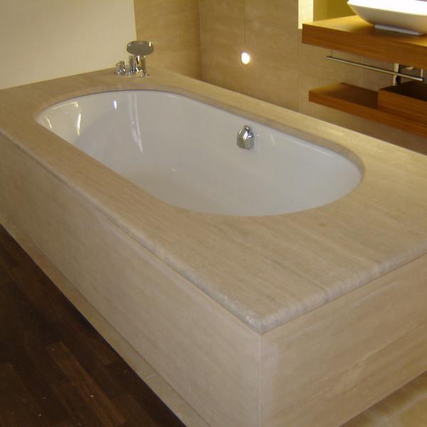 <h2>Kunde / Ort</h2> <br> Privat <br><br>  <h2>Ausführung / Material</h2> <br> Badewannenverkleidung und Wände aus Travertin Röm. Classico Oberfläche zementgespachtelt / geschliffen.