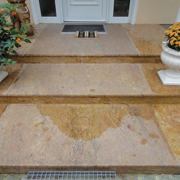 <h2>Kunde / Ort</h2> <br>Privat <br><br>  <h2>Ausführung / Material </h2> <br>  Eingangsbereich, aus großformatigen Natursteinplatten, Materail -  Kashmir Gold, Trittstufen - Oberfläche geflammt,  Setzstufen - Oberfläche poliert.