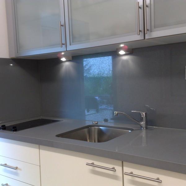 <h2>Kunde / Ort</h2> <br> Privat <br><br>  <h2>Ausführung / Material</h2> <br> Küchenarbeitsplatte und Rückwände aus Silestone Steel,  auf Gehrung verklebt, Oberfläche poliert.