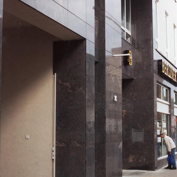 <h2>Kunde / Ort</h2> <br> Berlin <br><br>  <h2>Ausführung / Material </h2> Fassadenplatten aus Paradiso, Oberfläche poliert.