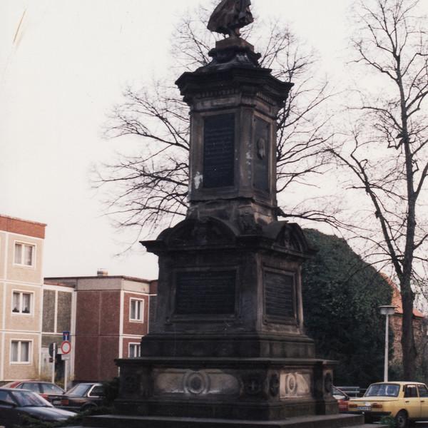 <h2>Kunde / Ort</h2> <br>   Bernau - öffentlicher Auftrggeber  <br><br>  <h2>Ausführung / Material </h2> <br>  Restaurierung und Reinigung des Kriegerdenmals in Bernau (nachher und vorher).