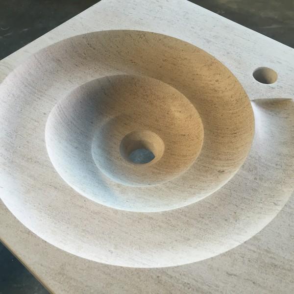 <h2>Kunde / Ort</h2> <br> Privat <br><br>  <h2>Ausführung / Material</h2> <br> Massivbecken aus Mocca Creme, Schneckenförmig