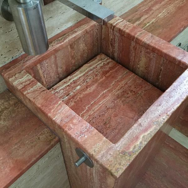 <h2>Kunde / Ort</h2> <br> Privat <br><br>  <h2>Ausführung / Material</h2> <br> Säulenwaschbecken aus persischen Travertin rot.