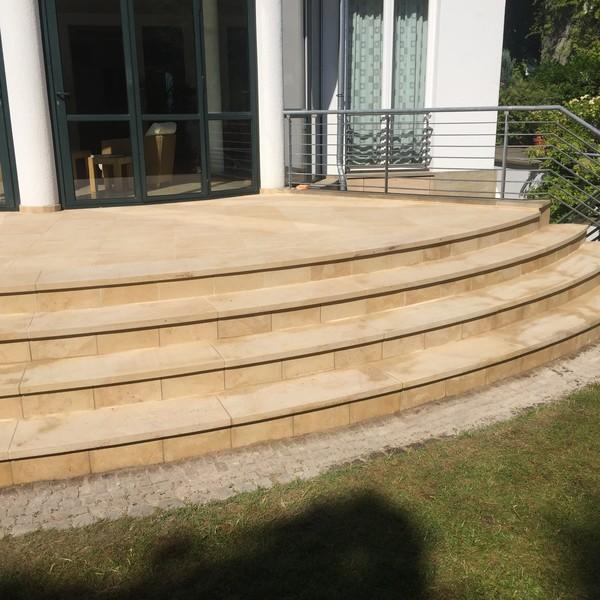 <h2>Kunde / Ort</h2> <br>Privat <br><br>  <h2>Ausführung / Material </h2> <br>  Treppenanlage aus Postaer Sandstein