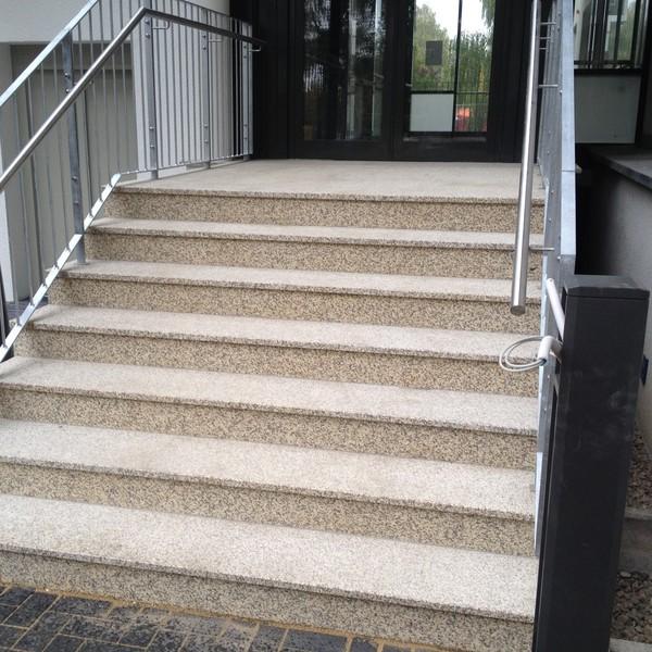 <h2>Kunde / Ort</h2> <br> Stephanus Stift <br><br>  <h2>Ausführung / Material </h2> <br>  Eingangstreppe aus Waldstein Granit, Trittstufen - Oberfläche geflammt, Setzstufen - Oberfläche poliert.