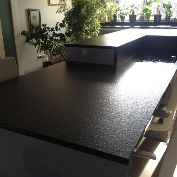 <h2>Kunde / Ort</h2> <br> Privat <br><br>  <h2>Ausführung / Material</h2> <br> Küchenarbeitsplatte aus 4,0 cm und 3,0 cm starkem Nero Assoluto Z,  Oberfläche patiniert.