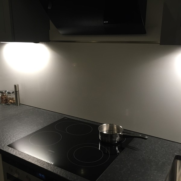 <h2>Kunde / Ort</h2> <br> Privat <br><br>  <h2>Ausführung / Material</h2> <br> Küchenarbeitsplatte aus Nero Assoluto Z, Oberfläche patieniert, mit eingearbeiteten Ablaufrillen. Rückwand aus Silestone Blanco Zeus.