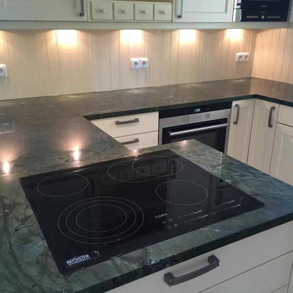 <h2>Kunde / Ort</h2> <br> Privat <br><br>  <h2>Ausführung / Material</h2> <br> Küchenarbeitsplatte aus Verde Fantastico, Oberfläche poliert.