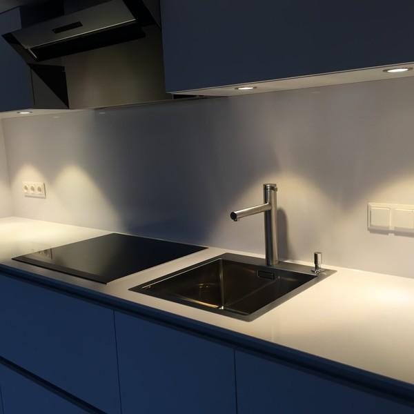 <h2>Kunde / Ort</h2> <br> Privat <br><br>  <h2>Ausführung / Material</h2> <br> Küchenarbeitsplatte und Rückwand aus Silestone Blanco Zeus.