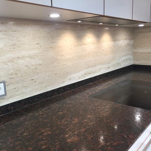 <h2>Kunde / Ort</h2> <br> Privat <br><br>  <h2>Ausführung / Material</h2> <br> Küchenarbeitsplatte aus Tran Brown, Oberfläche satiniert, und  Rückwand aus Travertin Röm. Classico, Oberfläche transparent- gespachtelt / geschliffen.