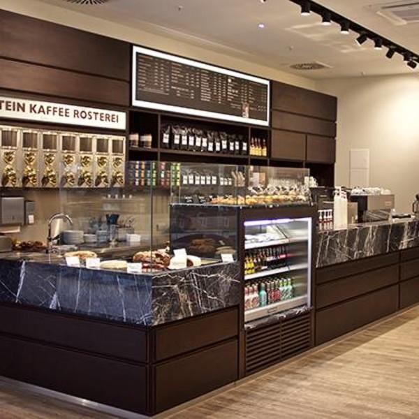 <h2>Kunde / Ort</h2> <br> Café Einstein <br><br>  <h2>Ausführung / Material </h2> <br>  Tresenablagen, auf Gehrung verklebt, aus türk. Kalkstein gefertigt.