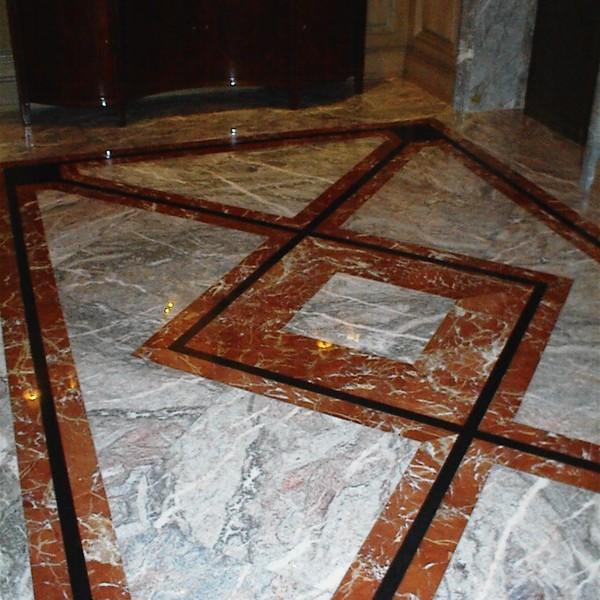 <h2>Kunde / Ort</h2> <br> Hotel <br><br>  <h2>Ausführung / Material</h2> <br> Bodenbelag aus Nero Assoluto Z, Rojo Alicante und Fior Di Pesco.