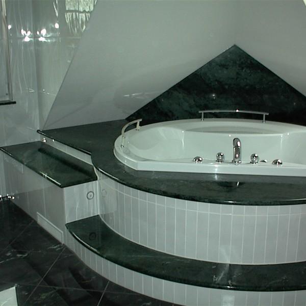 <h2>Kunde / Ort</h2> <br> Privat <br><br>  <h2>Ausführung / Material</h2> <br> Badewannenverkleidung und Waschtisch aus Verde Guatemala,  Oberfläche poliert