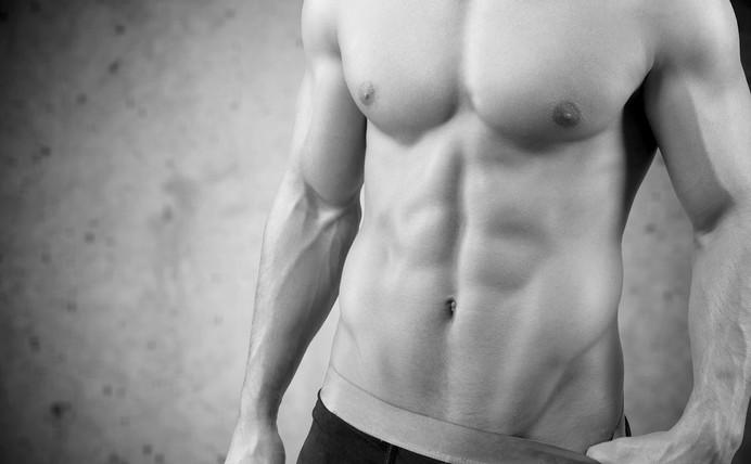 Muskulöser Oberkörper eines Callboys